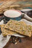 整个五谷小麦面粉、向日葵种子和新被烘烤的cracke 免版税库存图片