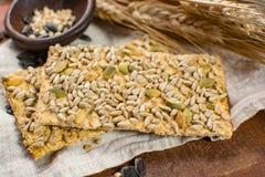 整个五谷小麦面粉、向日葵种子和新被烘烤的cracke 库存照片