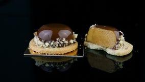 整个和被切的一半全景用巧克力釉盖的法国微型奶油甜点酥皮点心点心 股票视频