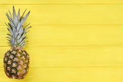 整个有机菠萝和拷贝空间 库存图片