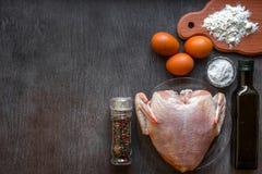 整个未加工的鸡用在一张木桌上的香料 库存照片