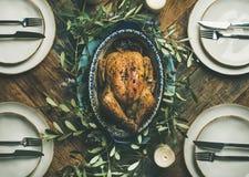 整个烤鸡平位置圣诞节庆祝的,顶视图 免版税库存图片