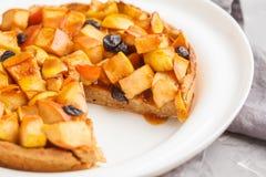 整个素食主义者苹果饼用桂香、葡萄干和焦糖在丝毫 图库摄影