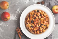 整个素食主义者苹果饼用桂香、葡萄干和焦糖,灰色b 库存图片