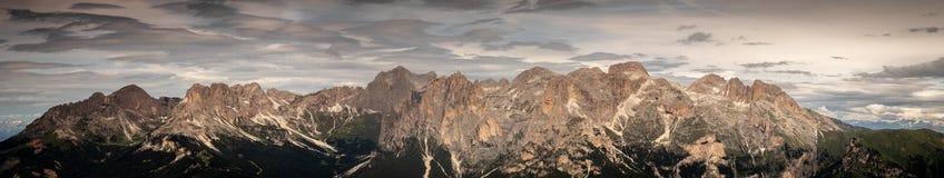 整个catinaccio的全景rosengarten白云岩女低音的阿迪杰南蒂罗尔意大利断层块 免版税库存图片
