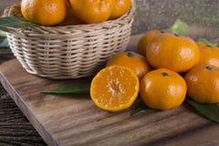 整体和半在切口的裁减新鲜的蜜桔或者橘子 免版税库存照片