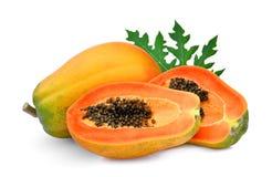 整体和半成熟番木瓜与在白色隔绝的叶子 库存图片