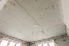 整体房子特写镜头具体天花板在一个新的大厦的 免版税库存图片
