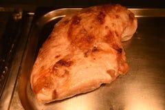 整体烹调了烘烤准备好的火鸡胸脯雕刻 库存图片