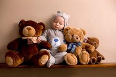 整体的熊的甜男婴,睡觉在与女用连杉衬裤b的一个架子 免版税库存图片
