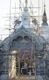 整修寺庙门  免版税库存照片