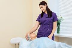 整容术医生劝告美容院的患者 库存图片