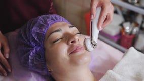 整容术和技术概念-有对面孔剥落做的microdermabrasion设备的美容师年轻女人 股票录像