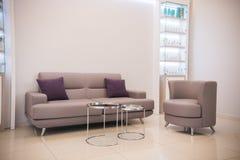 整容术诊所内部 米黄颜色 长沙发和咖啡桌 接收 库存照片
