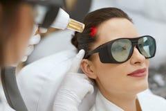 整容术 头发成长激光刺激治疗的妇女 库存照片