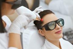 整容术 头发成长激光刺激治疗的妇女 免版税库存照片