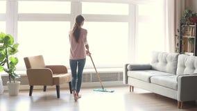整洁的年轻女人主妇干净的地板在现代客厅 影视素材