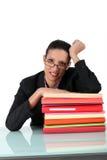 文书工作包围的浅黑肤色的男人 免版税图库摄影