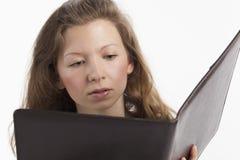 文件夹读取妇女年轻人 免版税图库摄影