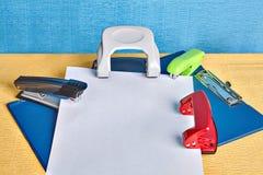 文件持有人、剪贴板大模型与打孔器和订书机 库存照片