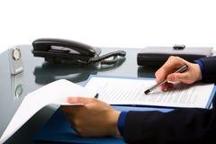 文件检查的办公室 免版税库存图片