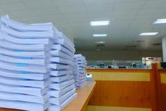 文件纸叠在书桌,互换性的Documen上的 免版税库存照片