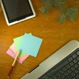 文具、键盘和片剂在桌关闭 免版税库存照片