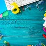文具五颜六色的学校工作场所框架 免版税库存照片