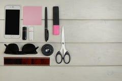 文具,太阳镜,电话,闪存卡片,影片 免版税库存照片