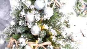 文化传统-圣诞树由与玩具的人为材料制成 股票视频
