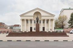 文化城市宫殿和对列宁的纪念碑街道忠告的 多云秋天日 库存图片