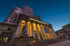 文化宫殿在夜间的华沙 库存图片