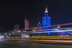 文化宫殿在夜间的华沙 库存照片
