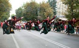 文化,哥萨克传统礼服的舞蹈家学院的学生队伍,上色了裙子、绿色长裤和褐紫红色 图库摄影