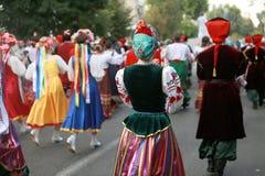 文化,哥萨克传统礼服的舞蹈家学院的学生队伍,上色了裙子、绿色长裤和褐紫红色 免版税图库摄影