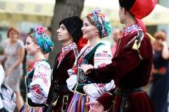 文化,哥萨克传统礼服的舞蹈家学院的学生队伍,上色了裙子、绿色长裤和褐紫红色 库存图片