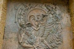 文化garuda kencana公园wisnu 有一个浮雕象岩石的墙壁  巴厘岛 印度尼西亚 库存图片