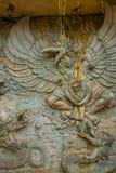 文化garuda kencana公园wisnu 有一个浮雕象岩石的墙壁  巴厘岛 印度尼西亚 免版税库存照片