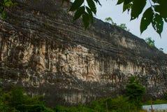 文化garuda kencana公园wisnu 有一个浮雕象岩石的墙壁  巴厘岛 印度尼西亚 图库摄影
