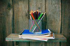 文字书和学校工具在一个木架子 库存图片