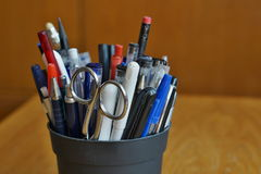 文字器物在与圆珠笔、轮廓色_和笔的商业环境里 库存照片