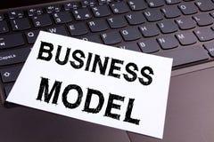 文字在办公室特写镜头做的业务模式文本在便携式计算机键盘 数字式行销的企业概念处理 图库摄影