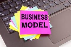 文字在办公室特写镜头做的业务模式文本在便携式计算机键盘 数字式行销的企业概念处理 免版税库存照片