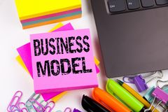 文字在有周围的办公室做的演艺界模型例如膝上型计算机,标志,笔 数字式标记的企业概念 免版税库存图片
