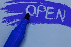 文字开放笔记的陈列 企业照片陈列允许事通过通过或为直接用途相反闭合大胆蓝色 图库摄影
