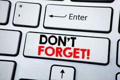 文字文本陈列不忘记 在与拷贝空间的白色键盘键写的提示消息的企业概念 顶视图 免版税库存图片