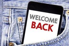 文字文本陈列欢迎 在手机电话智能手机写的情感问候的企业概念在人装在口袋里 免版税库存图片