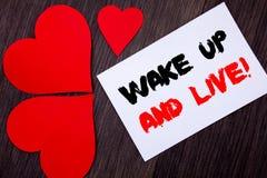 文字文本陈列醒并且居住 意味诱导成功梦想活生活挑战的概念写在notobook纸n 免版税库存照片