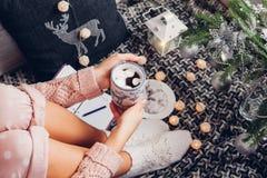 文字目标的与一个杯子的下一年巧克力在圣诞树下 库存照片
