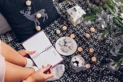 文字目标的与一个杯子的下一年巧克力在圣诞树下 免版税图库摄影